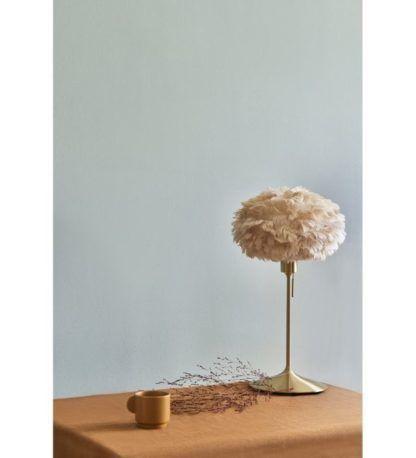 złota lampa stołowa z kloszem z piór
