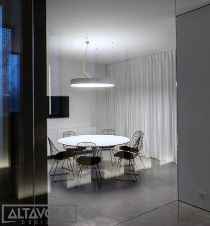szara lampa wisząca led nad stół