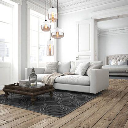 salon skandynawski ze szklanymi lampami