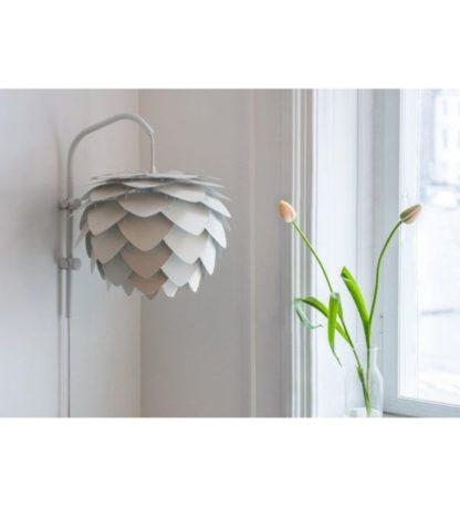 lampa ścienna z kloszem w kształcie szyszki