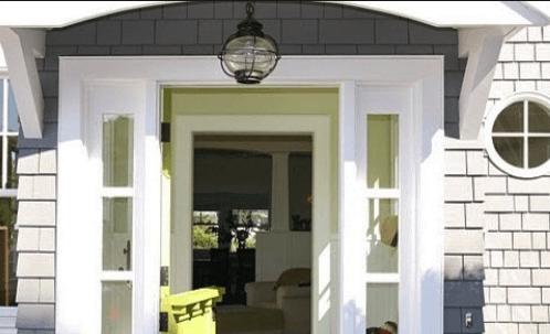 wisząca lampa na schodach zejściowych domu