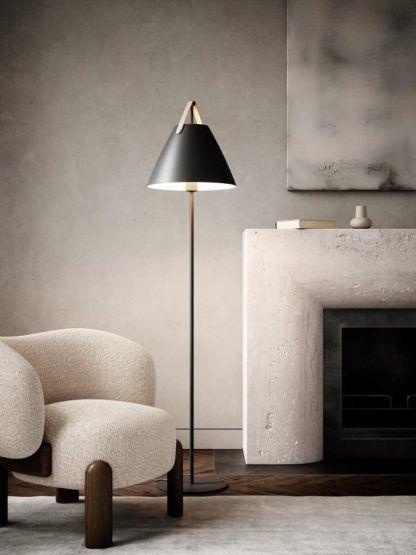 czarna lampa podłogowa w beżowym salonie