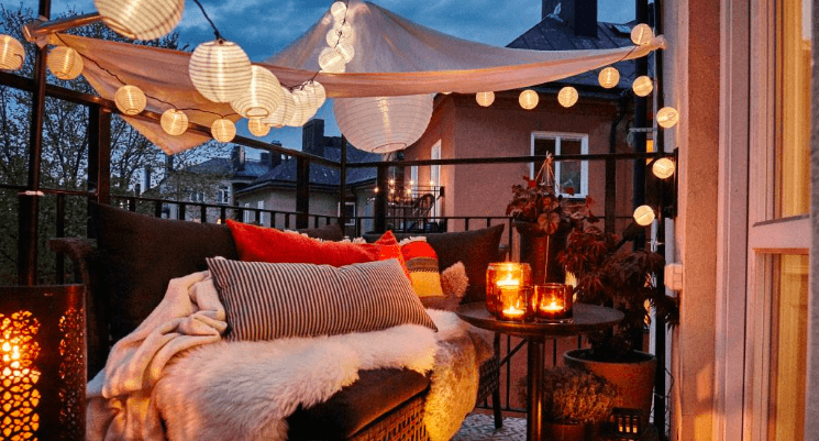 zdjęcie girlandy na balkonie - piękne kule