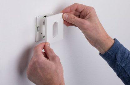 biały kinkiet wpuszczany w ścianę