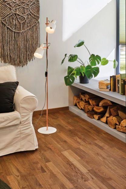 lampa podłogowa w salonie skandynawskim aranżacja