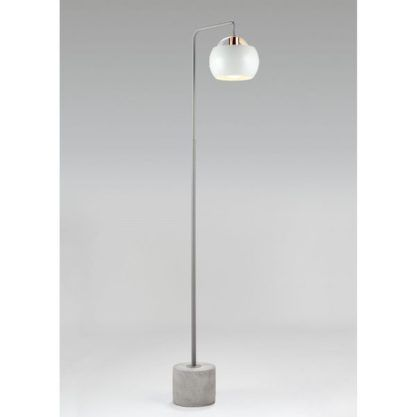 lampa podłogowa na betonowej podstawie