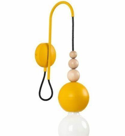 żółty kinkiet z żarówką na kablu