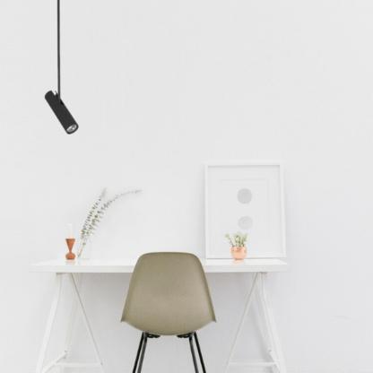czarna lampa wisząca tuba nad stół