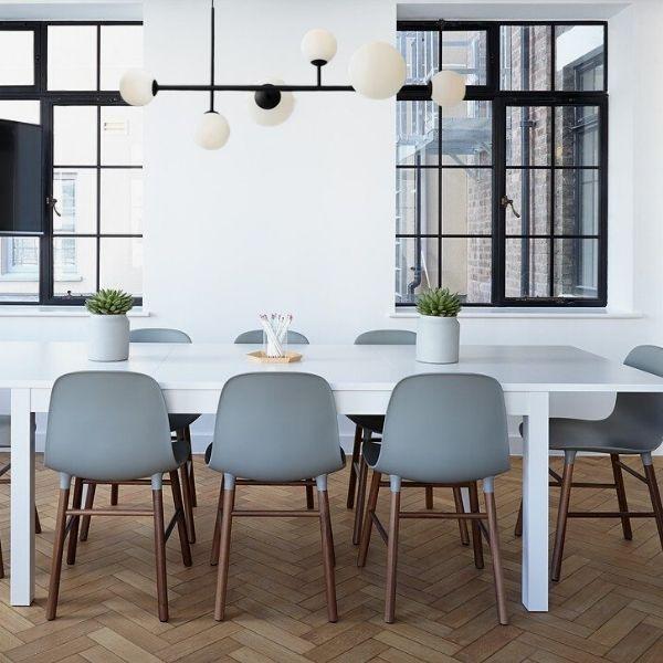 żyrandol nowoczesny nad stołem