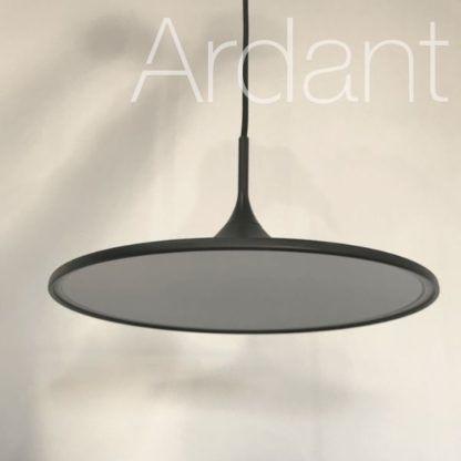 minimalistyczna czarna lampa sufitowa