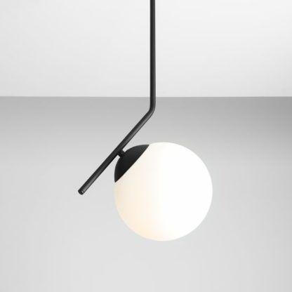 czarna lampa metalowa ze szklanym kloszem