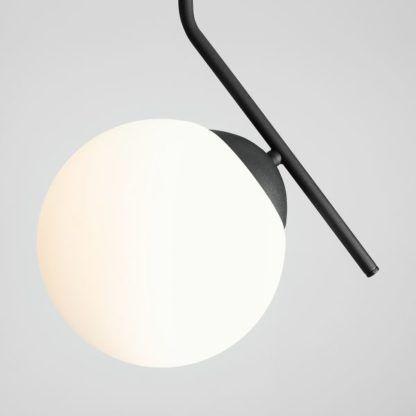 czarna lampa wisząca biała kula