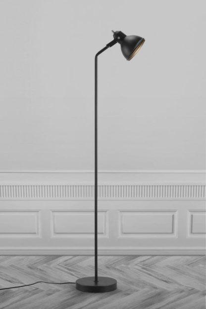 metalowa lampa podłogowa