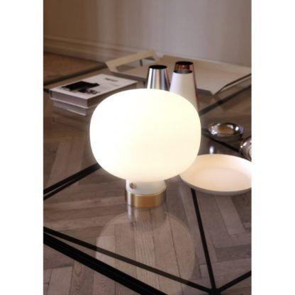 mleczna lampa stołowa