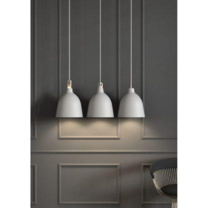 białe lampy na ciemnej ścianie aranżacja