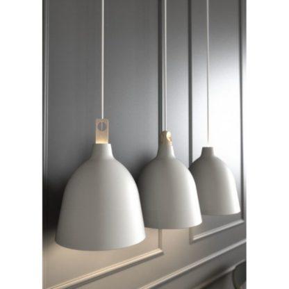biała lampa wisząca na szarej ścianie