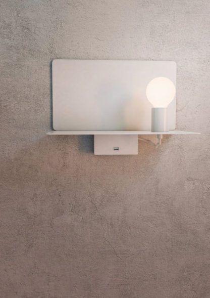 biały kinkiet z portem USB
