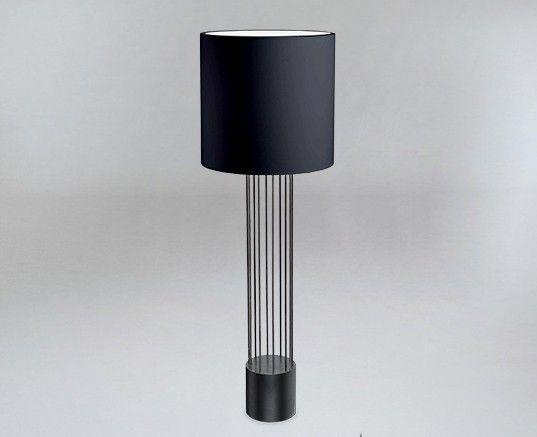 Czarna lampa podłogowa IHI z drucianą podstawą