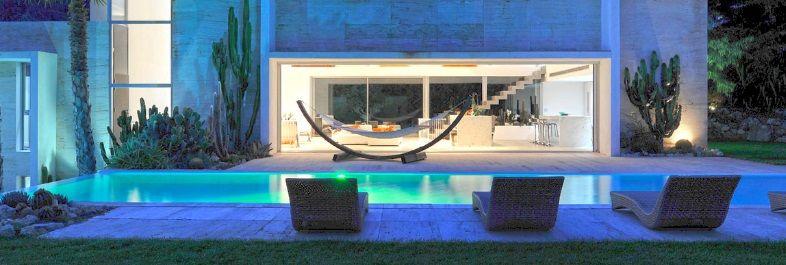 oświetlenie basenu w ogrodzie domowym