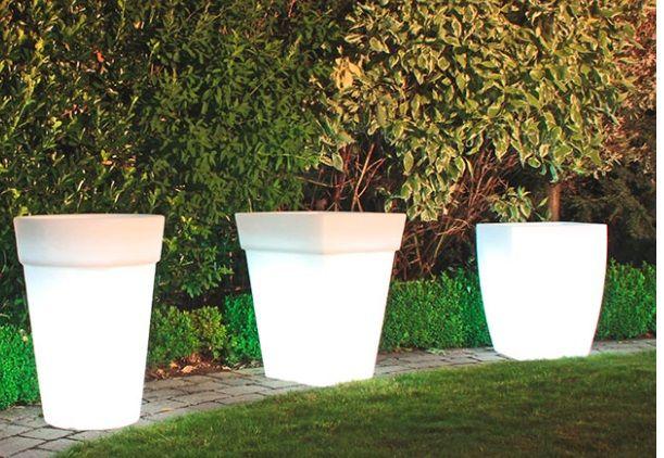 podświetlane donice w ogrodzie