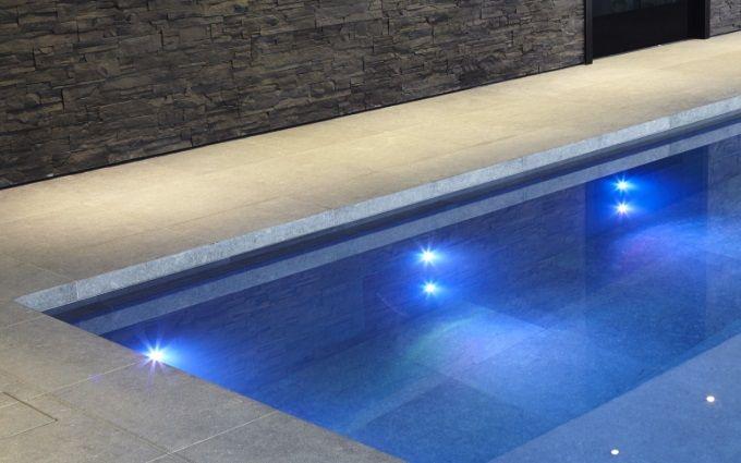 podwodne oświetlenie w basenie