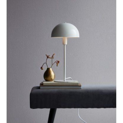 biała lampa stołowa z metalowym kloszem