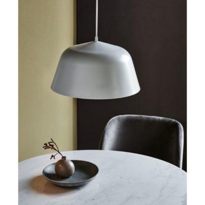 biała lampa wisząca nad stół
