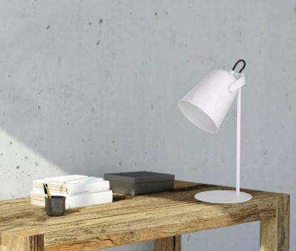 biała lampka na biurko