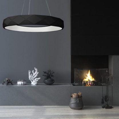 czarna lampa w szarym salonie aranżacja