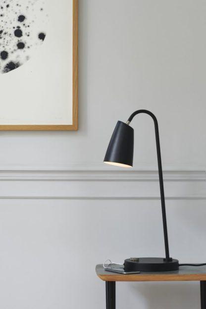 czarna lampa stołowa z portem USB