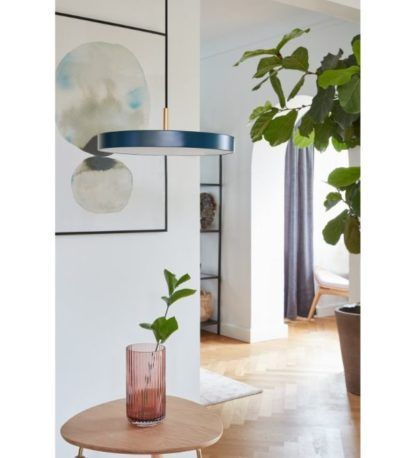 granatowa lampa wisząca do salonu