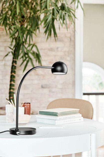 czarna lampa biurkowa z portem USB
