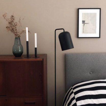 czarna lampa podłogowa do sypialni aranżacja
