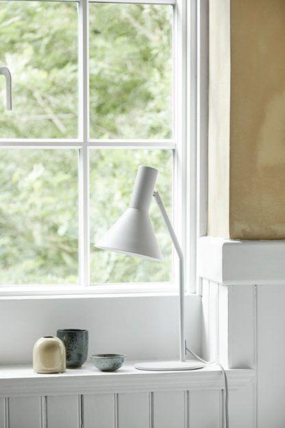 jasnoszara lampa biurkowa aranżacja
