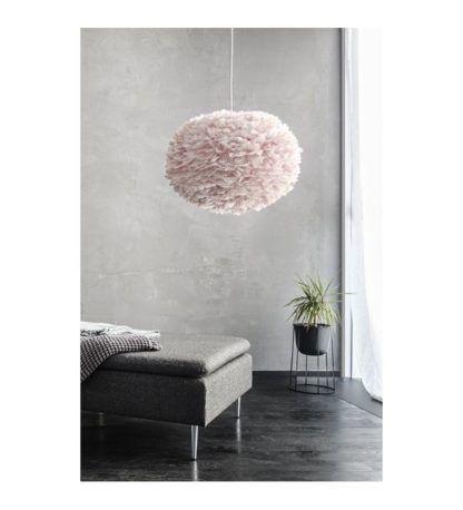 duża lampa wisząca z piór jasny róż aranżacja