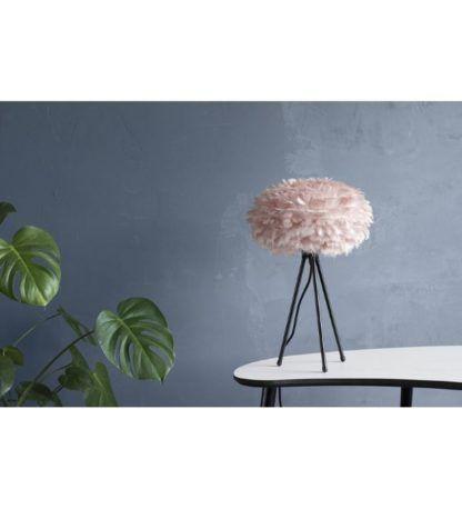 jasnoróżowa lampa stołowa z piór