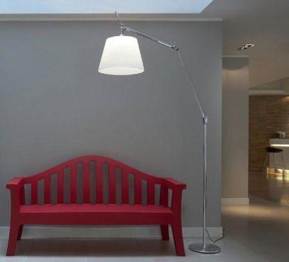 wysoka lampa podłogowa z abażurem