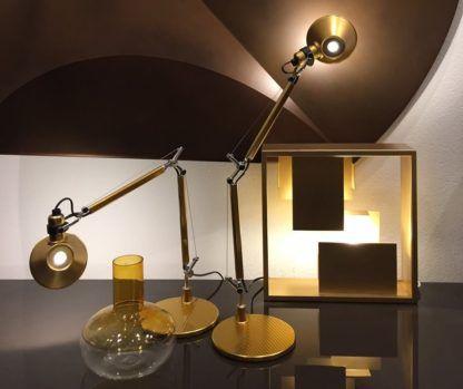 zlota lampa biurkowa regulowana