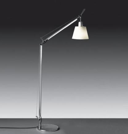 wysoka lampa podłogowa