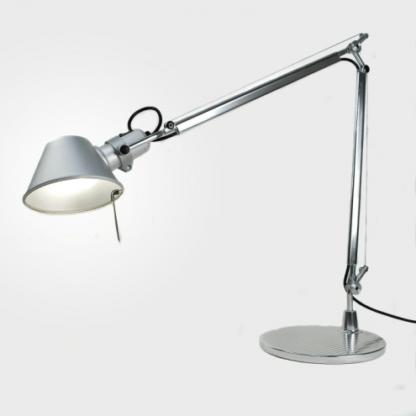 srebrna lampa biurkowa regulowana