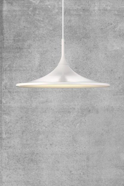 biała lampa wisząca szara ściana