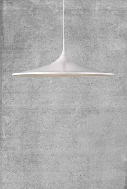 biała lampa na szarej ścianie