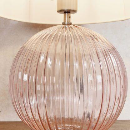 różowa lampa stołowa do salonu