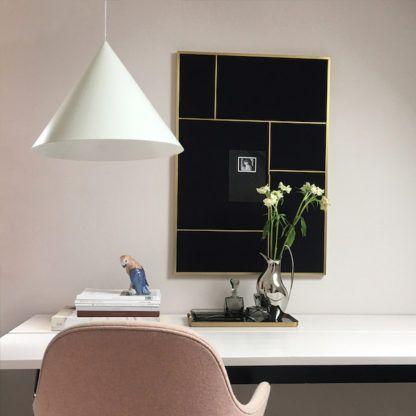 biała lampa wisząca na różowej ścianie
