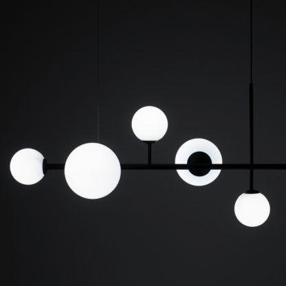czarna lampa wisząca białe klosze