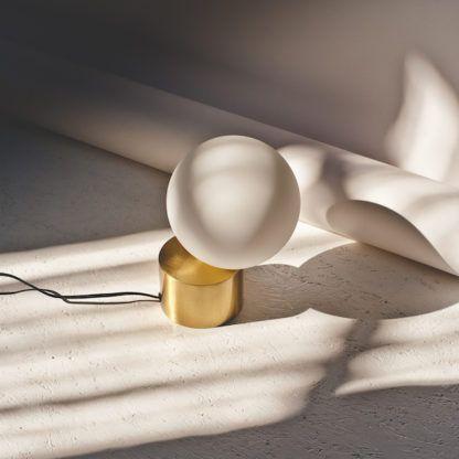 minimalistyczna lampa stołowa złota