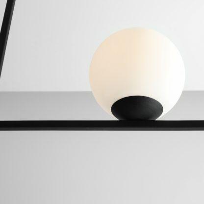 czarna lampa wisząca biały klosz