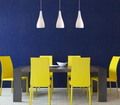 białe lampy na granatowej ścianie aranżacja jadalnia