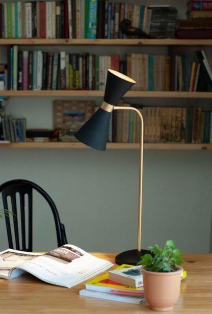 czarna lampa biurkowa aranżacja