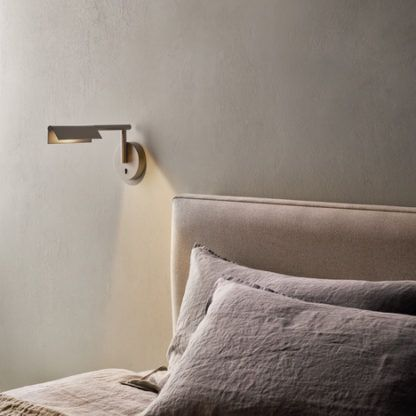srebrny kinkiet do sypialni nowoczesny